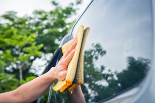 Limpieza de parabrisas, faros y retrovisores: una cuestión de seguridad